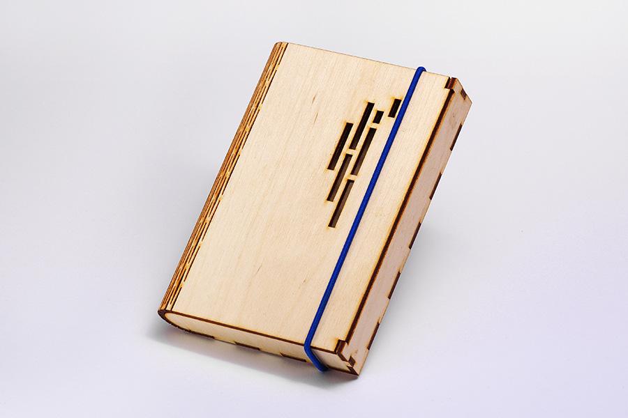 Fából készült notesztartó